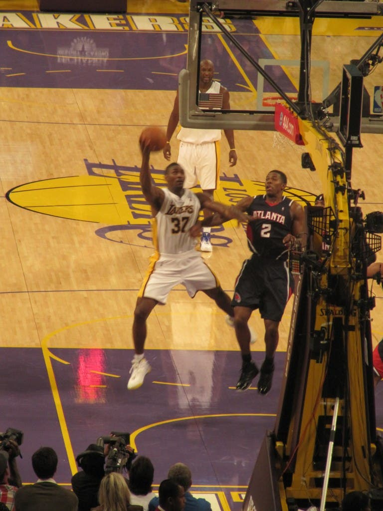 Ron Artest going up for a layup wheninmanila.com