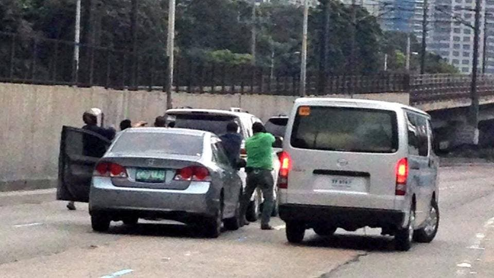 People with guns in EDSA (5)