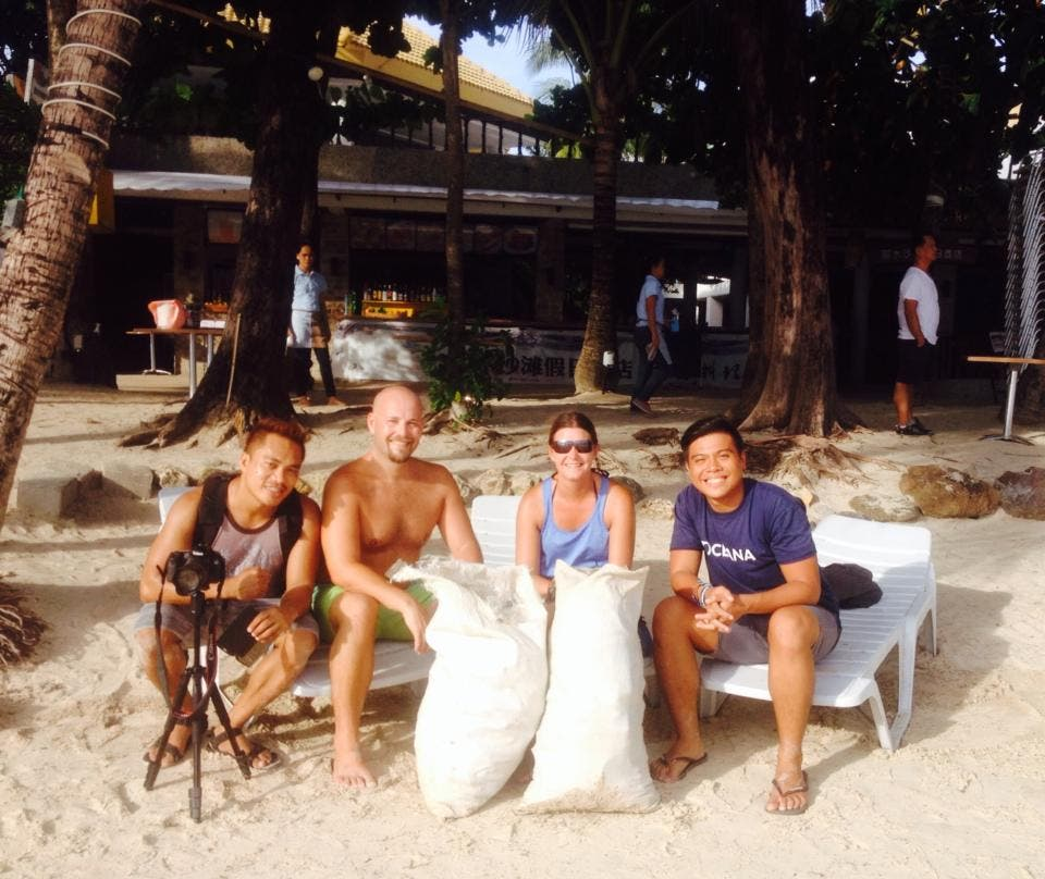 Foreigners-boracay-clean-up-01