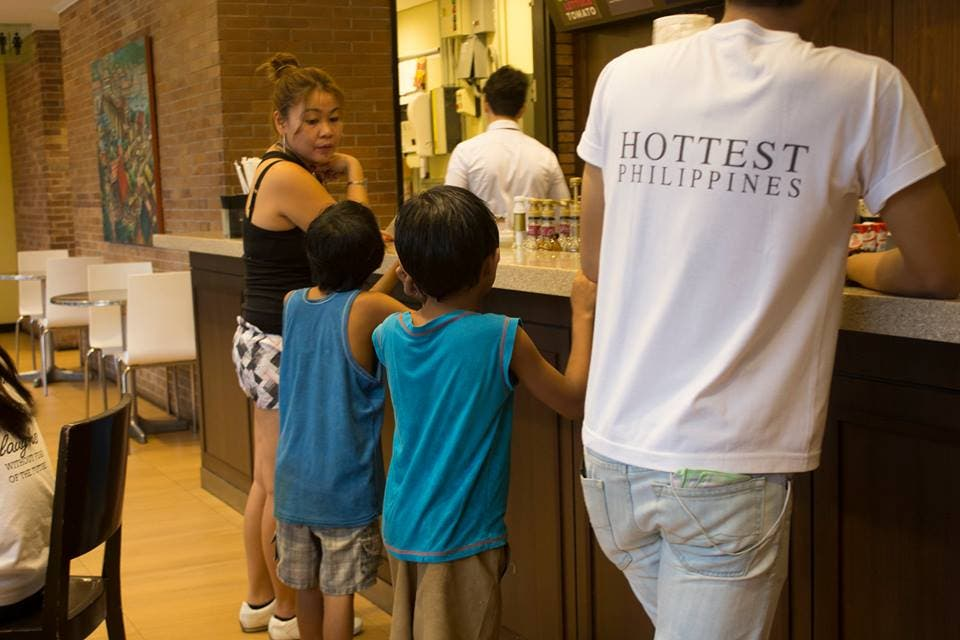 Netizen Shares Photos of Woman Taking Street Kids to Eat at a Hotel in Manila 2
