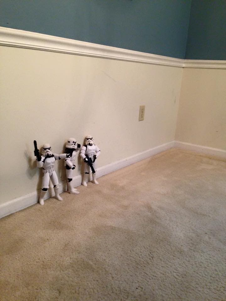 Storm-Troopers-Set-Up-Christmas-Tree-01