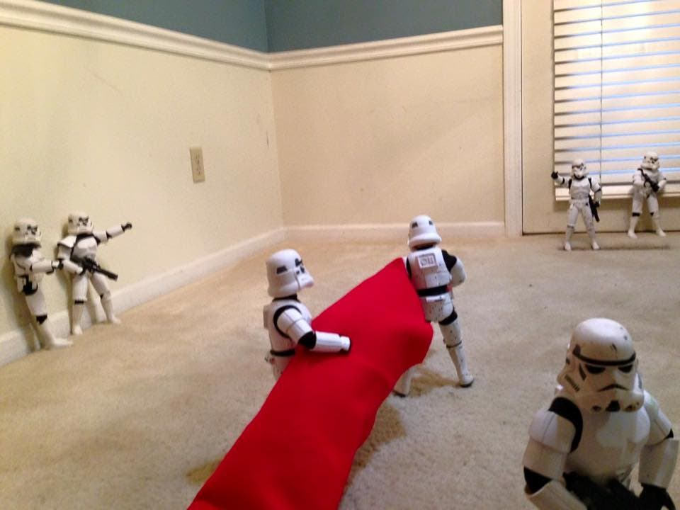 Storm-Troopers-Set-Up-Christmas-Tree-02