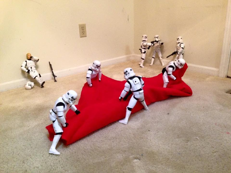 Storm-Troopers-Set-Up-Christmas-Tree-04
