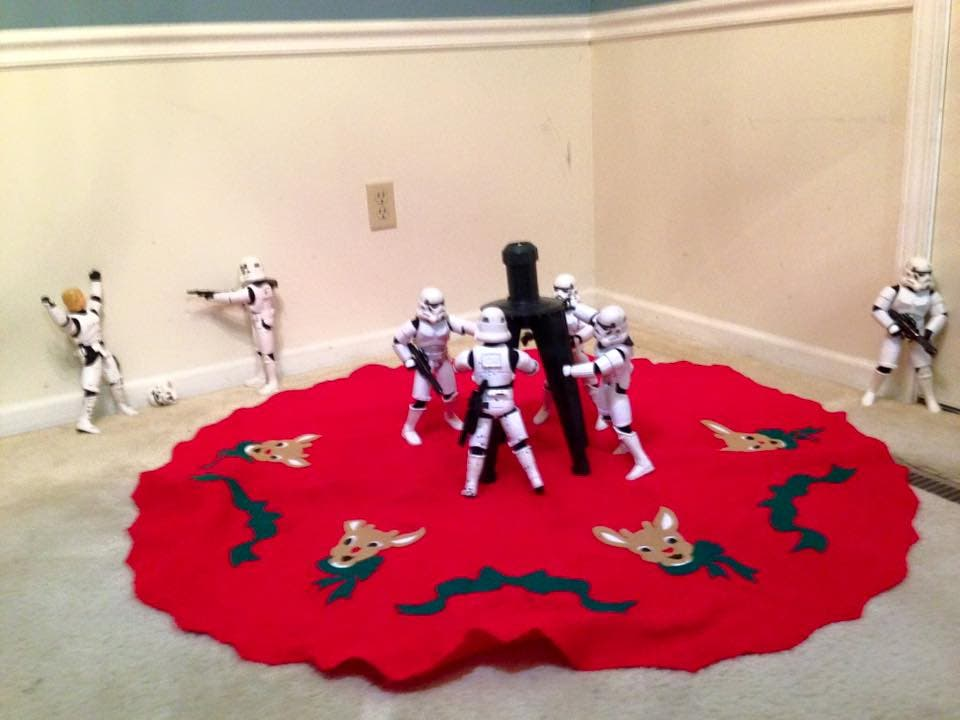Storm-Troopers-Set-Up-Christmas-Tree-07