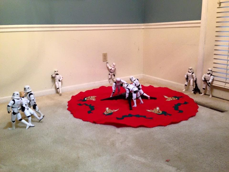 Storm-Troopers-Set-Up-Christmas-Tree-08