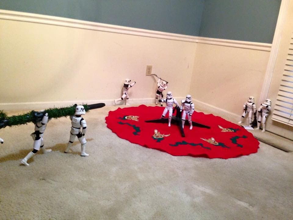 Storm-Troopers-Set-Up-Christmas-Tree-09