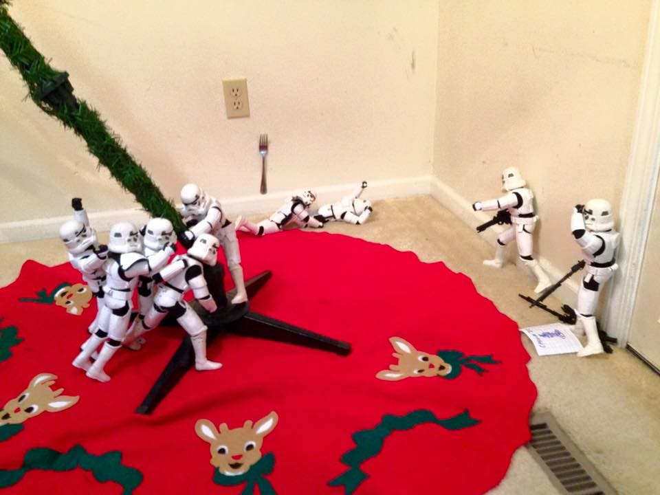 Storm-Troopers-Set-Up-Christmas-Tree-10