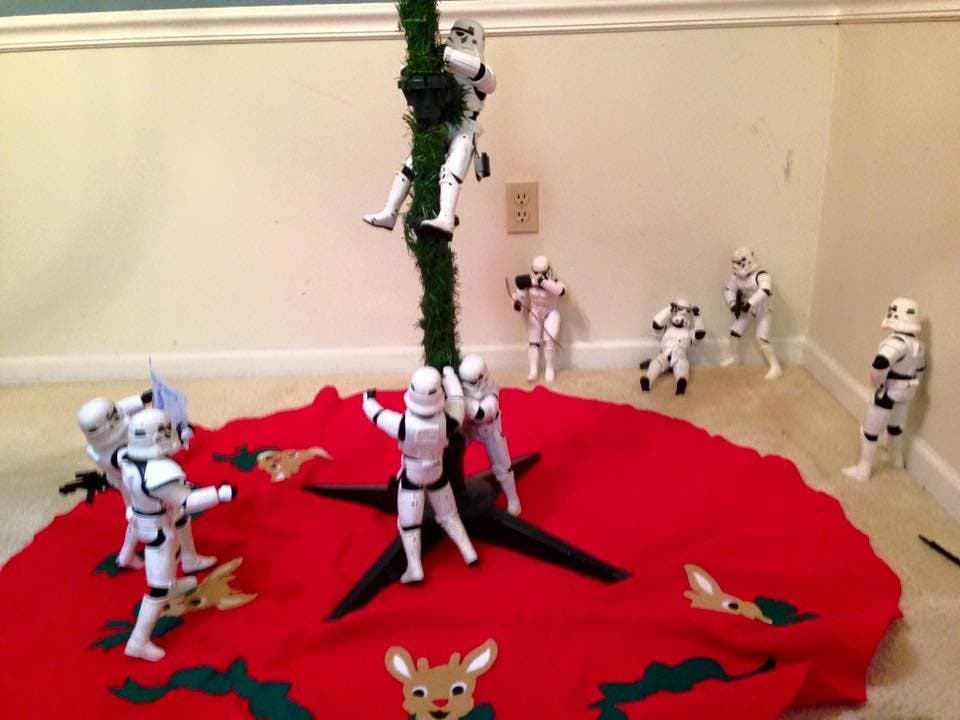 Storm-Troopers-Set-Up-Christmas-Tree-11