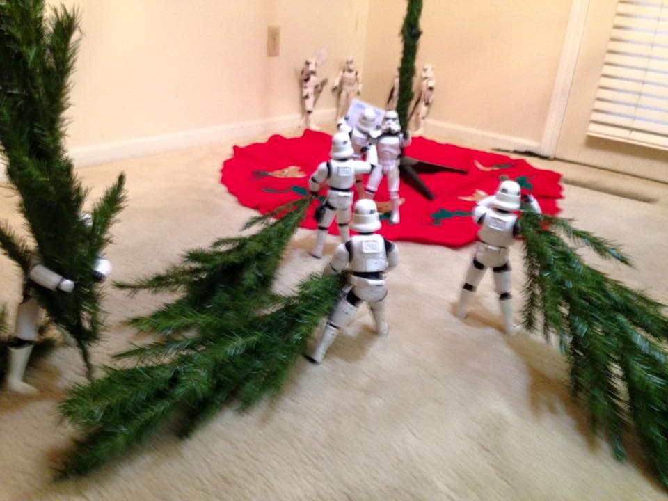 Storm-Troopers-Set-Up-Christmas-Tree-12