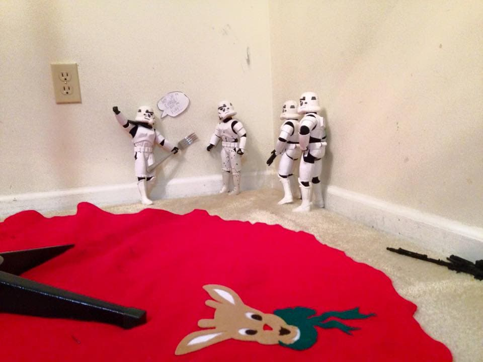 Storm-Troopers-Set-Up-Christmas-Tree-13