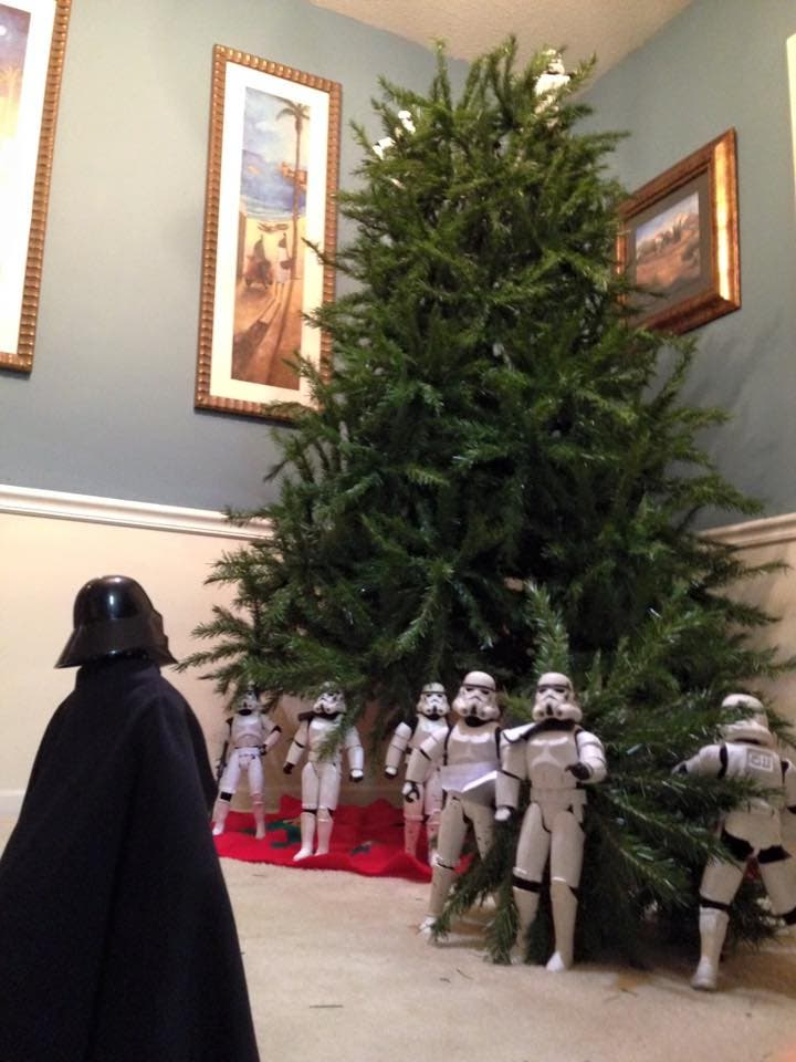 Storm-Troopers-Set-Up-Christmas-Tree-22