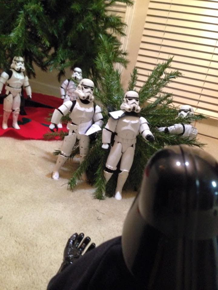Storm-Troopers-Set-Up-Christmas-Tree-23