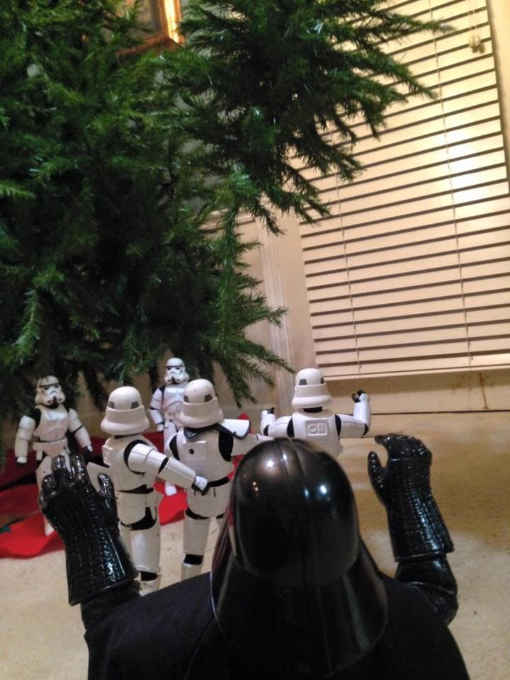 Storm-Troopers-Set-Up-Christmas-Tree-24