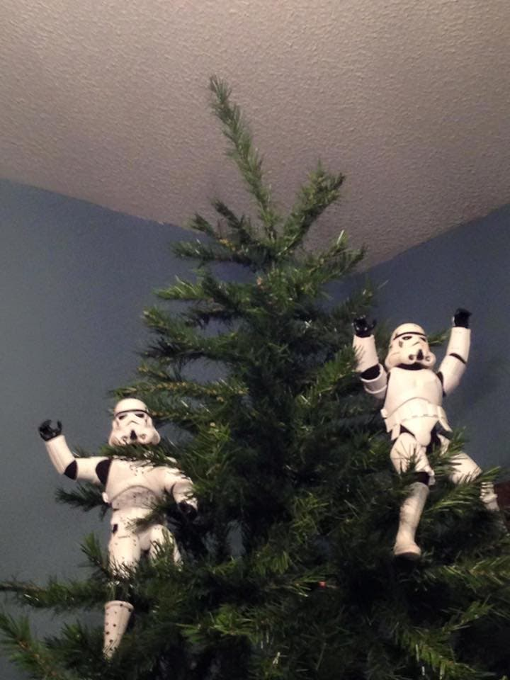 Storm-Troopers-Set-Up-Christmas-Tree-25