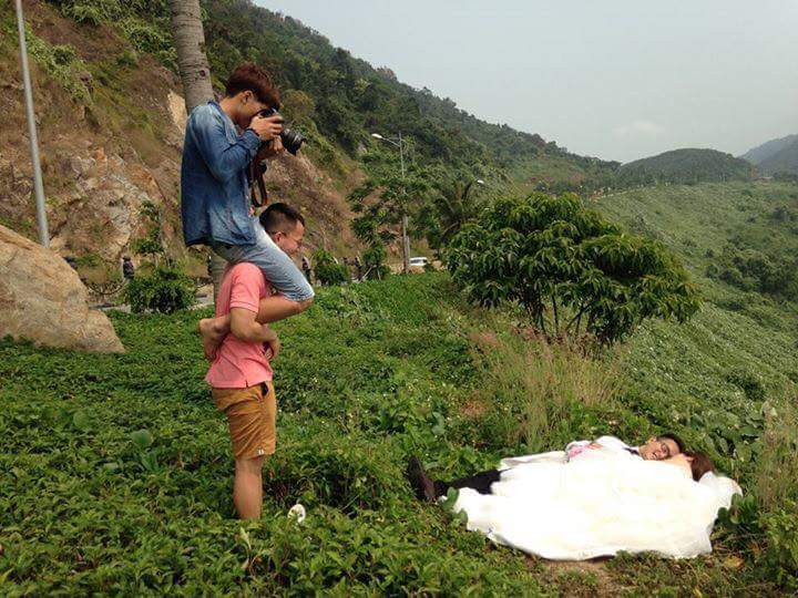 LOOK These Wedding Photographers Will Do Anything for a Good Shot 5