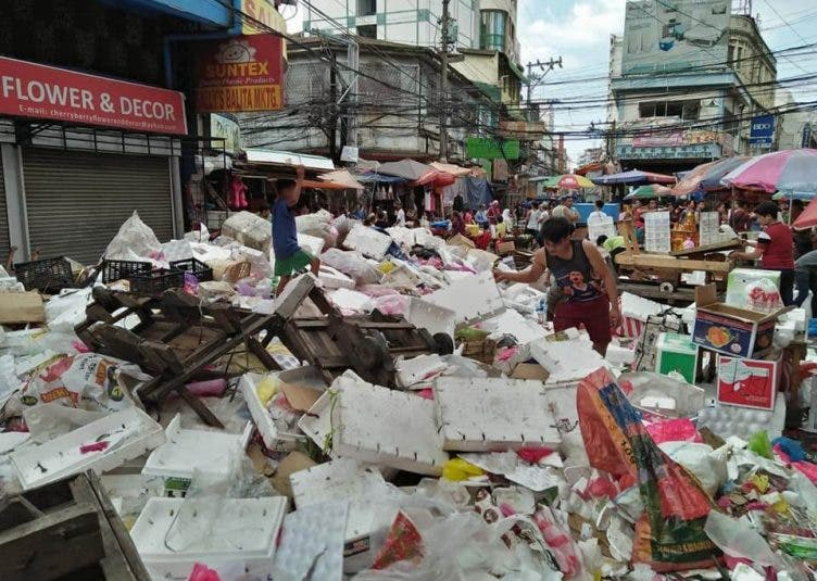 Filipinos-Greet-the-New-Year-with-Tons-of-Garbage-4