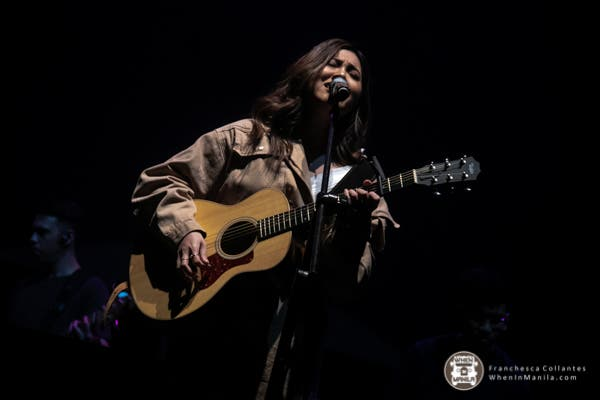 Moira singing at the Araneta Coliseum