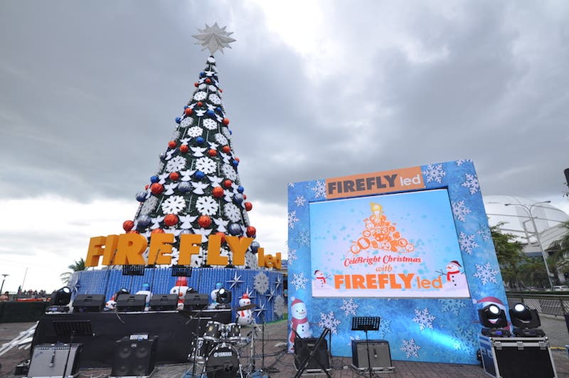 70 Ft Christmas Tree Lights Up Sm By The Bay This Holiday Season